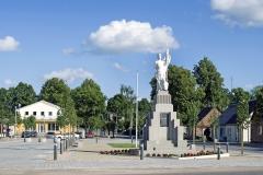 Lietuvos nepriklausomybės paminklas centrinėje Dusetu aikštėje
