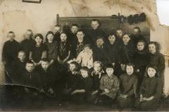 Bradesių pradžios mokyklos mokiniai ir mokytoja. Bradesiai, 1939 m. Nuotrauka iš Gražinos Balčiūnienės archyvo
