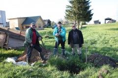 9. Broliai Sigitas, Klaudijus ir Eugenijus Driskiai ruošiasi betonuoti kryžiaus pamatą