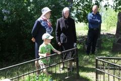 15. Stravų kapinėse prie šeimos kapo