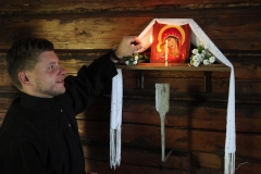 2. Andrej Čistov uždega sekminių (Troica) žvakę