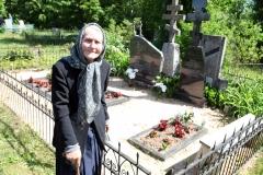 6. Afanasija Andrijauskienė iš Ragavos k. prie artimųjų kapų Stirniškyje