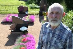 7. Venalijus Novikovas prie žmonos Stanislavos kapo Stirniškio kapinėse
