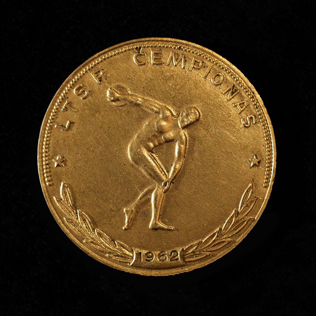 Šis paveikslėlis neturi alt atributo; jo failo pavadinimas yra Jono-Ževeliausko-1962-m.-aukso-medalis-aversas-1024x1024.jpg